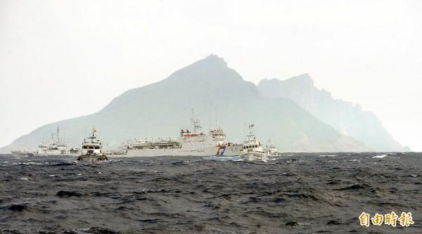 台灣漁船挺進釣魚台,遭日本海上保安廳船艦驅趕,海巡署船艦立即護航。(資料照,記者方賓照攝)