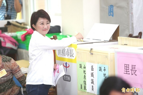 Chinese Nationalist Party (KMT) Taichung mayoral candidate Lu Shiow-yen casts her vote in Taichung yesterday. Photo: Tsai Shu-yuan, Taipei Times