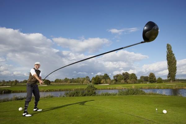 49歲丹麥人卡斯登創造出4.37公尺的最長可用高爾夫球桿。(圖擷取自英國《都市報》)