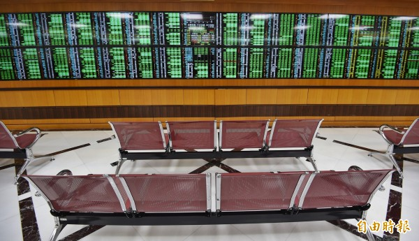台股今天重挫660.72點,行政院下午召開國安基金會議,決定緊盯備戰,但暫不進場護盤。(記者劉信德攝)