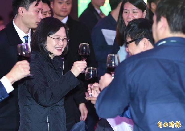 總統兼民進黨主席蔡英文今日出席民進黨中央黨部年終餐敘,逐桌舉杯向黨工致意。(記者廖振輝攝)