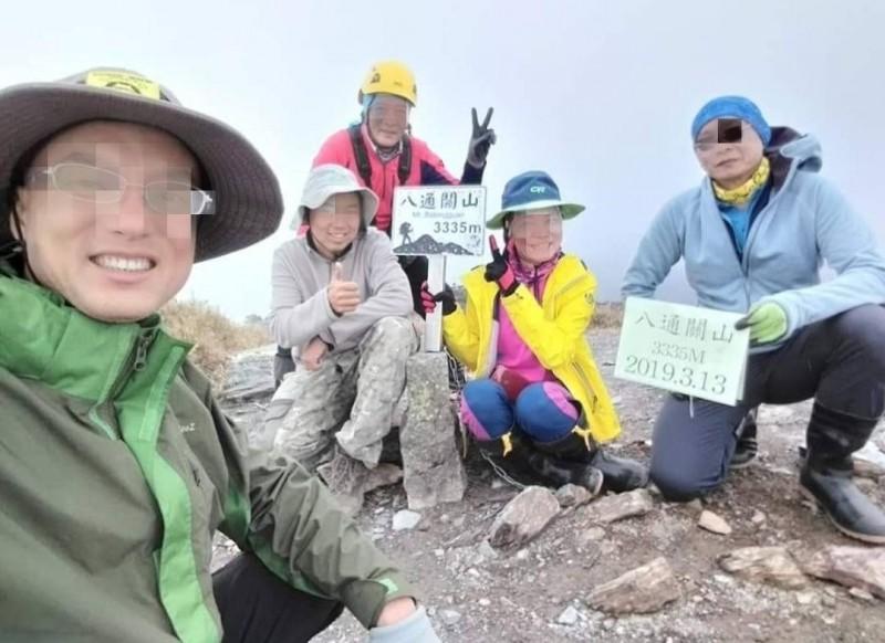 發生墜谷意外的5人登山隊,3月13日在八通關山登頂照,圖左一為王姓領隊,他今天第一時間下溪谷搶救墜谷隊員,也被尖利岩體割傷。(圖取自王姓領隊臉書)