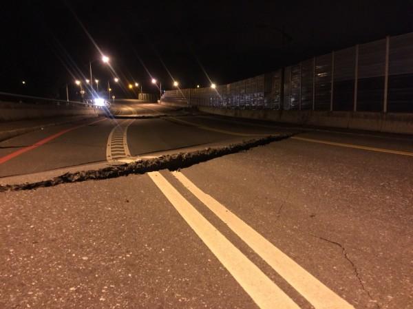 花蓮地區6日晚間23:50左右發生規模6有感地震,七星潭橋更傳出橋墩變形龜裂,目視有斷裂危險。(民眾提供)