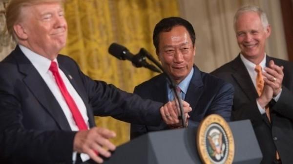 鴻海董事長郭台銘與美國總統川普(左)。(法新社)
