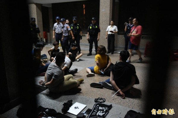 40多位中學生不滿教育部長不出來面對課綱爭議,今年7月23日晚間11點半左右闖進教育部大樓內,旋即被警方驅離拘捕。(資料照,記者廖振輝攝)