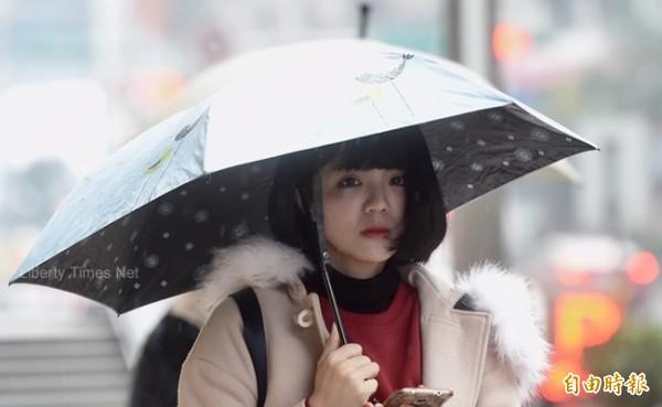 明天(8日)受東北季風影響,北部及東北部天氣較涼,早晚溫差大。台灣北部及東半部地區有局部短暫雨,而中南部則以多雲到晴為主。(資料照)