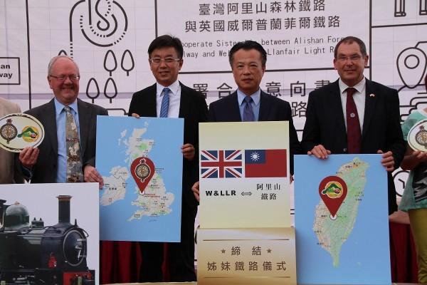 雙方代表各自在地圖上標示鐵路所在地(中央社)