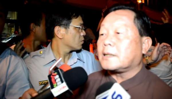 劉政鴻被丟鞋後,向媒體發表談話。(圖擷取自Youtube)