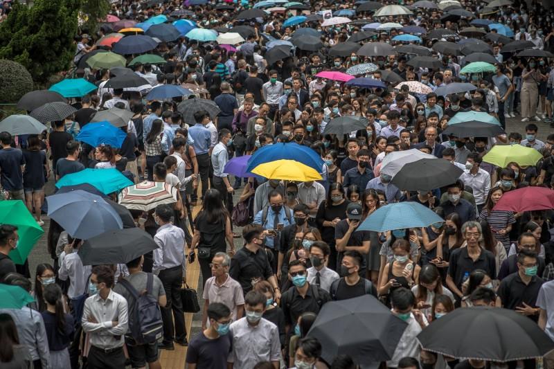 1997年主權移交後,香港會計界首度為政治議題站出來遊行,主辦方表示,今日的遊行有5000人參與。(歐新社)