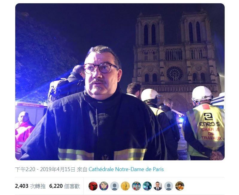 神父福尼爾不畏大火進入聖母院搶救聖物。(擷取自Twitter@Eloraillere)