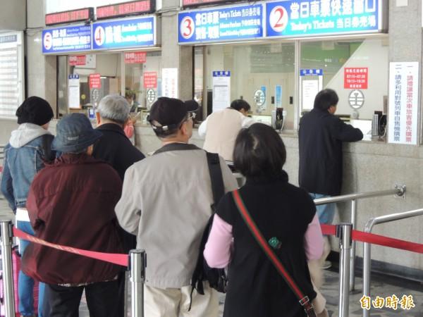 台鐵普悠瑪昨天下午發生列車翻覆,造成18死、上百人傷,不少民眾得知惡耗感到害怕,今天一早就到台北車站退票,不敢搭乘普悠瑪。(資料照)