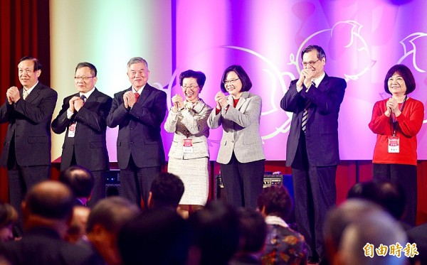 Straits Exchange Foundation Chairwoman Katharine Chang, fourth, left, President Tsai Ing-wen, Mainland Affairs Council Minister Chen Ming-tong and other officials attend a banquet for China-based Taiwanese businesspeople in Taipei yesterday. Photo: Peter Lo, Taipei Times