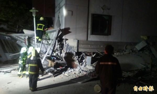 花蓮地區大地震,消防人員趕往倒塌的大樓搜救。(記者王錦義攝)