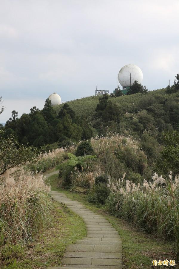 五分山步道的終點是五分山氣象雷達站,頂端兩顆白球,是山友們喜愛的取景角度。(記者沈昱嘉攝)