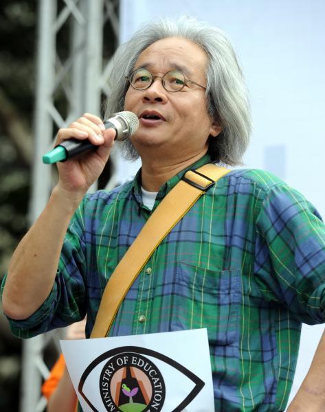 馮光遠發表聲明,表示11日晚間民眾包圍警局事件,是因為馬政府及方仰寧違憲所引起。(記者羅沛德攝)