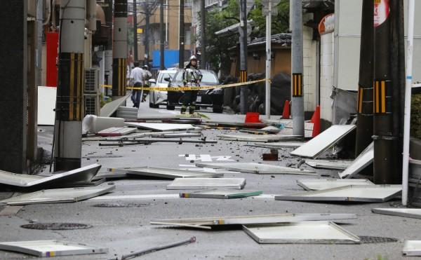 燕子強颱重創關西地區,街景殘破,交通大亂,許多企業也被迫關廠。(法新社)