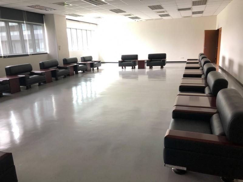 韓國瑜將市長辦公室搬遷到鳳山行政中心。圖為鳳山行政中心新棟二樓市長室貴賓接待室。(圖擷取自高雄市議員簡煥宗「煥然一新 簡煥宗」臉書)