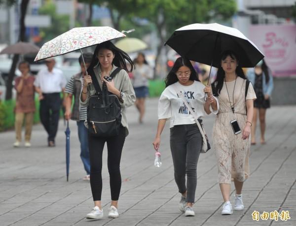 今(21)日鋒面遠離,水氣仍多,中南部及花東地區仍有局部短暫陣雨或雷雨,中南部山區有局部大雨發生的機率。(資料照)