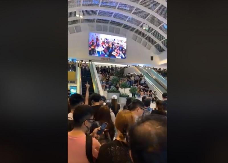 在宣讀完宣言後,他們也不斷高喊「香港人,反抗!」、「香港光復,時代革命!」、「五大訴求,缺一不可」!(擷取自粉專「Kit Da Sketch - Kit Man」)
