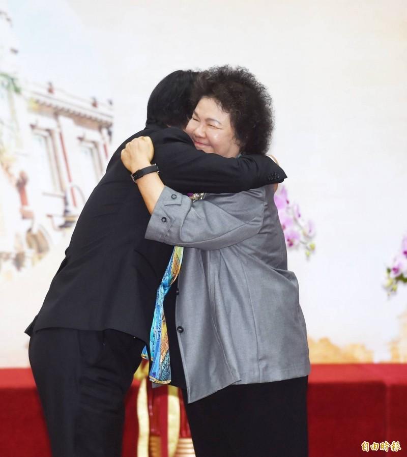 陳菊今就任監察院長,副總統賴清德(左)和陳菊(右)擁抱打氣。(記者方賓照攝)