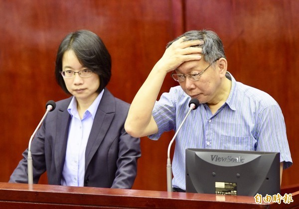 台北市長柯文哲(右)、北農總經理吳音寧(左)今年六月出席議會市政總質詢。(資料照)