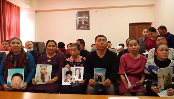 近期發現去年初有9名哈薩克裔的中國警察,遭中國當局指控在一起漢人與哈薩克牧民的衝突中偏袒自己族人,而遭到當局逮捕,至今下落不明。圖為遭中國當局非法逮捕的哈薩克人家屬。(美聯社)