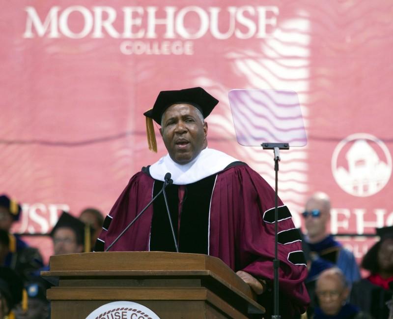 億萬富翁史密斯(Robert F. Smith)在非裔學校莫爾豪斯學院(Morehouse College)的畢業典禮上,宣布他會為396名學生支付4000萬美元(約新台幣12.5億元)的學貸。(美聯社)