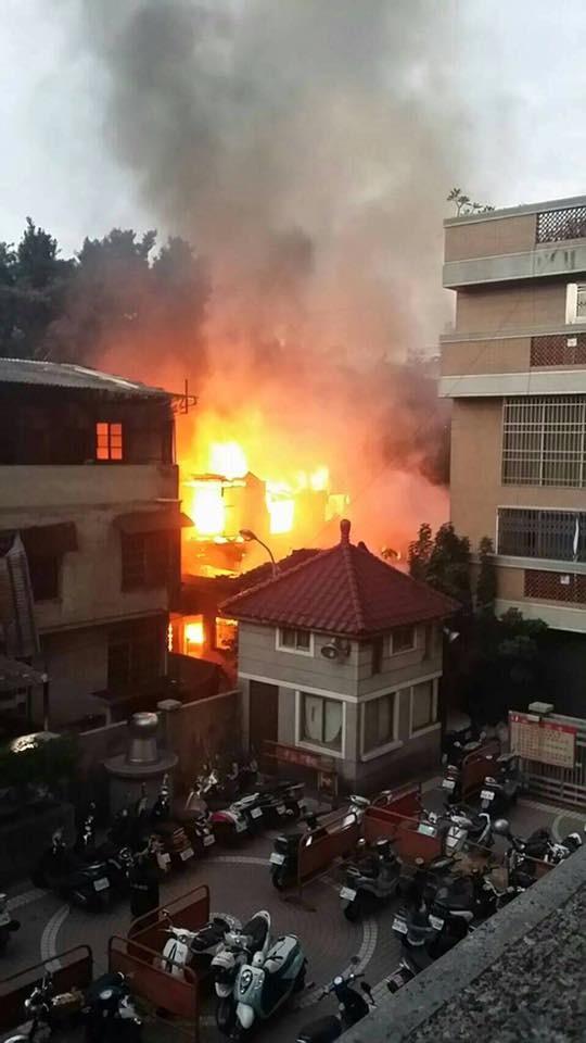 火災發生時,火勢延燒快速,吞噬3間台鐵舊宿舍。(圖擷自爆料公社)