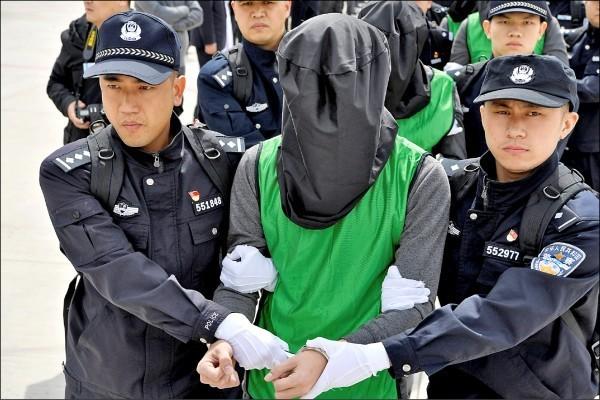 西班牙政府再對中國引渡台嫌。圖為台籍電信詐騙犯被中國警方押送至中國。(路透)