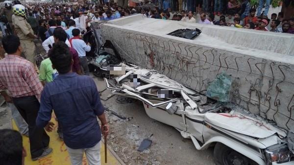 北方邦印度教聖城瓦拉納西(Varanasi)廣場附近有一座興建中的高架橋15日驚傳部分橋面突然倒塌,當時在橋下的多部汽車均遭波及。(歐新社)
