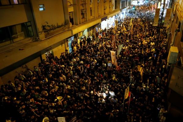 香港民眾今(6)日晚間「佔領」主要幹道,並透過臉書更新現場情況,抗爭愈演愈烈。(路透)