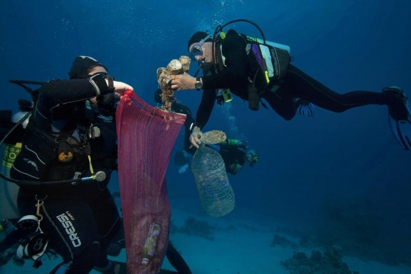 全球海洋受約1億5千萬噸塑膠垃圾汙染,每年有超過百萬隻禽鳥及超過10萬隻海洋哺乳動物因此死亡。圖為清理海洋塑膠垃圾的潛水公益社團。(美聯社)