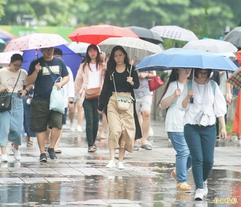 受到西南風持續影響,中南部明天凌晨至上午雨勢依舊明顯。(記者黃志源攝)
