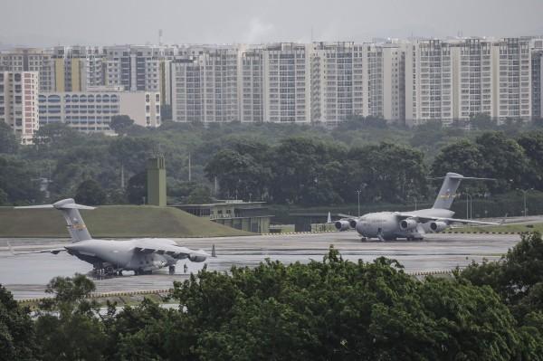 美國波音C-17軍用運輸機,8日早上抵達新加坡巴耶利峇空軍基地,將川普專用的交通工具運達。(歐新社)