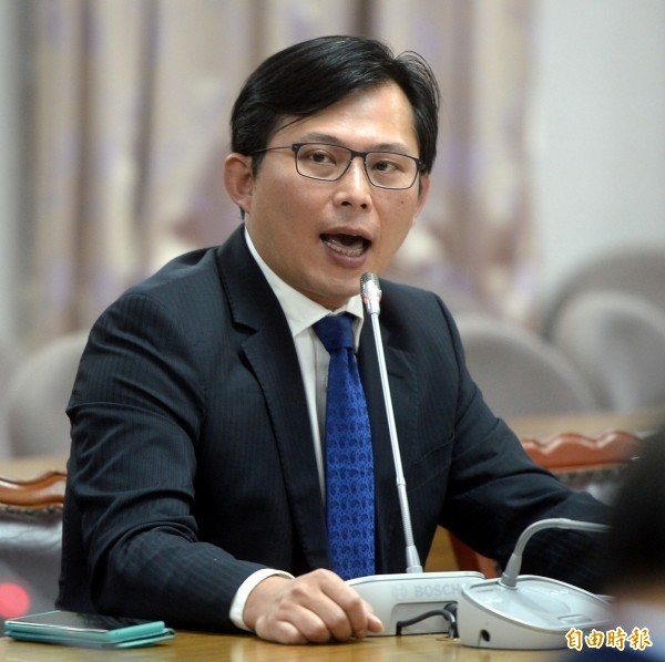 黃國昌批評馬英九,為了在任內推動服貿協議,不惜用黑箱作業跨越憲政民主紅線,馬英九的毀憲亂政作為才真正的害慘了台灣。(資料照)
