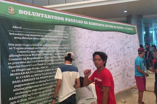 這些煙毒犯將自己的名字簽在一片「許願板」上,誓言戒毒的決心。(圖擷自ABS-CBN)