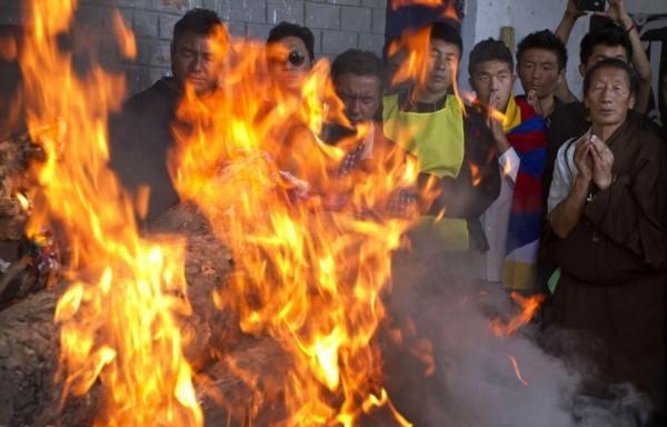 西藏又傳自焚抗議事件,圖為過去一名自焚藏人身亡後,火化葬禮現場。(美聯社)