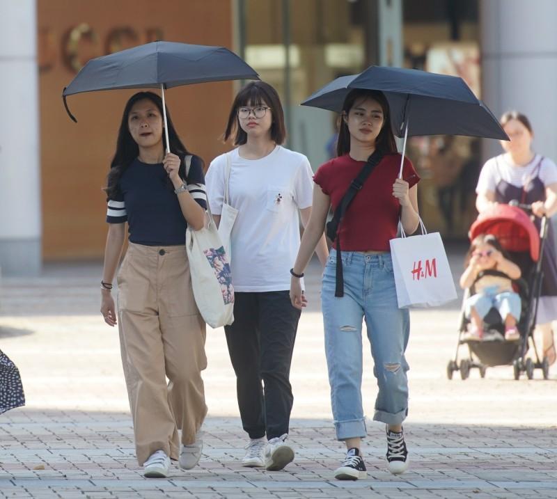 明(22)天全台悶熱,部分地區有短暫陣雨,高屏、花東則要注意36度以上高溫。(資料照,記者黃志源攝)