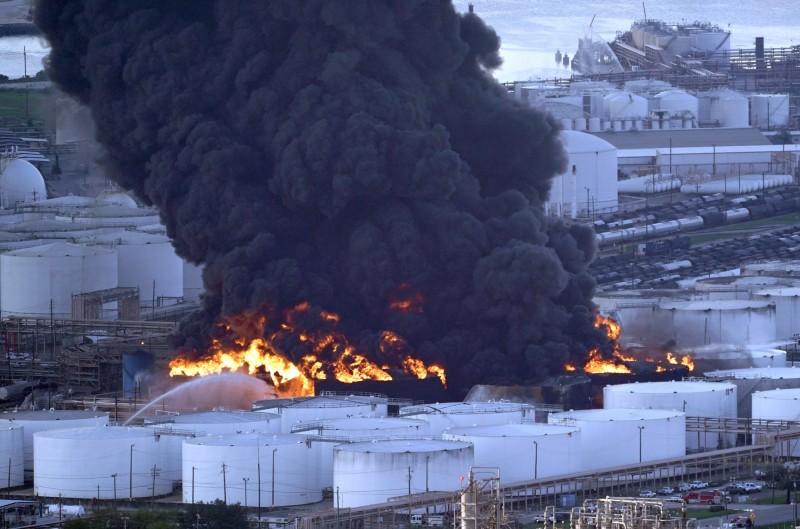 美國德州休士頓西南郊區的一座化學工廠於17日發生猛烈大火,火勢延燒至今仍未撲滅,滾滾黑煙持續籠罩當地。(美聯社)