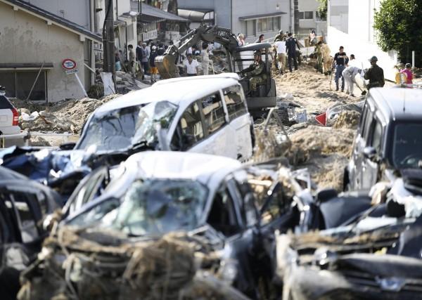 日本當局目前派出警方、消防、自衛隊和海上保安廳約7.5萬人和79架直升機到暴雨災區進行搜救。(路透)
