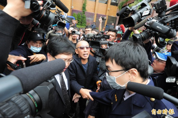 導演鈕承澤涉嫌性侵10日到台北地檢署出庭應訊,鈕承澤訊後150萬交保。(記者王藝菘攝)