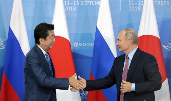 俄羅斯總統普廷(右)12日在海參威舉行的東方經濟論壇上,突然向日本首相安倍晉三(左)拋出今年內締結日俄和平條約的提案。(歐新社)