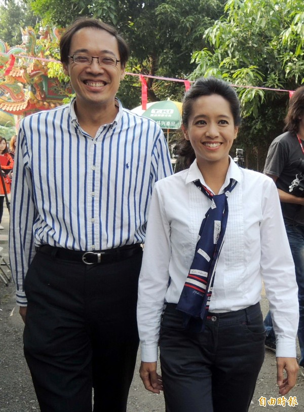 陳以真曾於2014年參選嘉義市長,當時與楊偉中一起前往投票所投票。(資料照)
