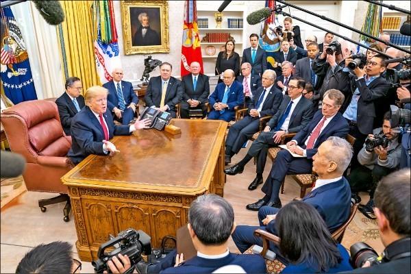 美國總統川普近日在白宮橢圓形辦公室會見中國國務院副總理劉鶴及中方貿易代表團。(歐新社)