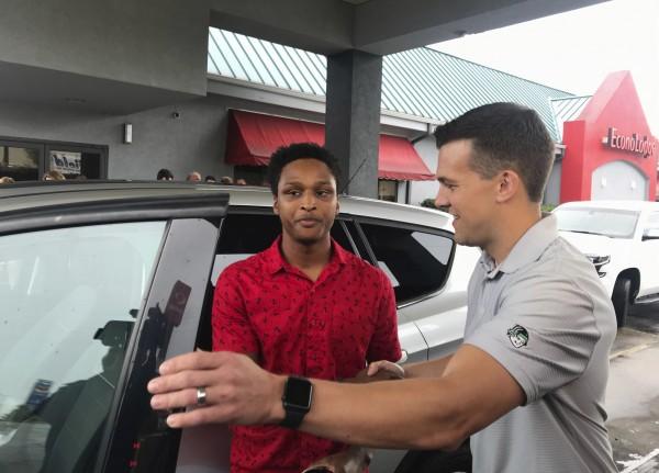 搬家公司的執行長馬克林(右)把一輛福特休旅車送給卡爾,做為代步工具。(美聯社)