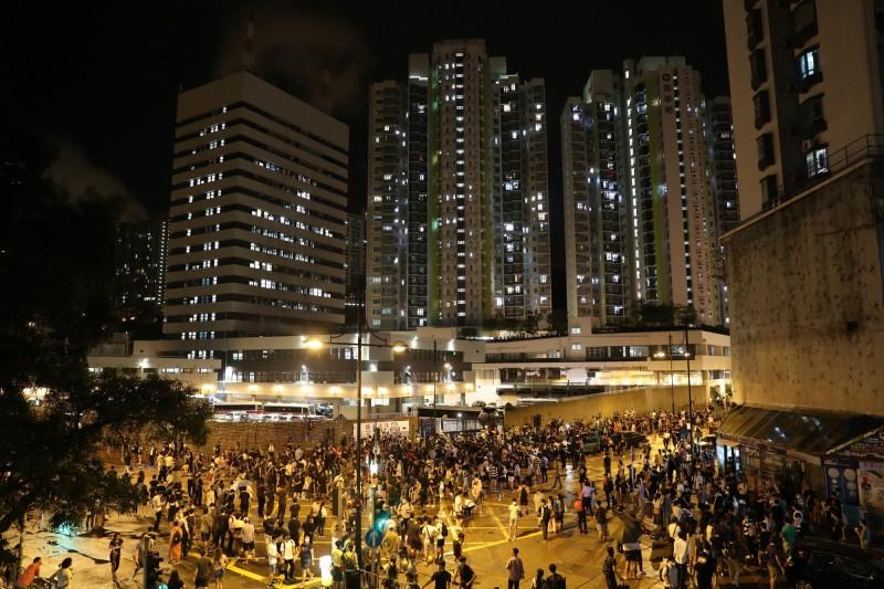 示威者聚集在葵涌警察局外。(歐新社)