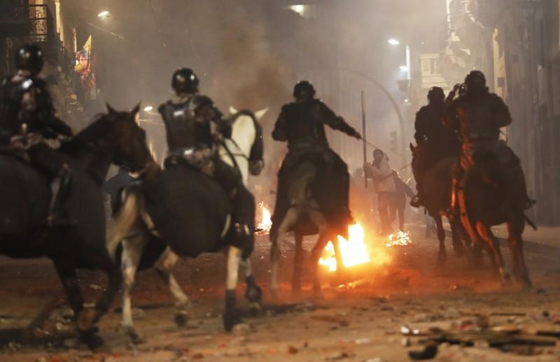 厄瓜多政府宣布取消燃料補貼,引發市民不滿,上街抗議,演變成大規模警民衝突,示威者焚燒輪胎等物品、警方則派出騎警鎮壓。(美聯社)