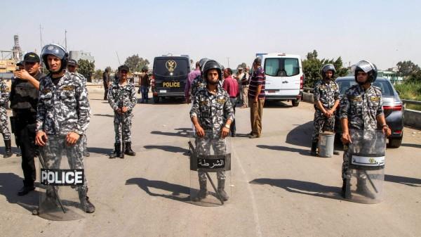 埃及開羅東部一座教堂附近發現了炸彈,警方的拆彈專家在拆除炸彈的過程中被炸死。圖為埃及警方之前在自殺炸彈現場圍起警戒線。(法新社)