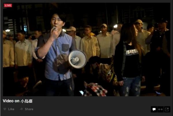 吳崢重返府前抗議現場,斥責警察無視人權。(圖擷取自小鳥臺)