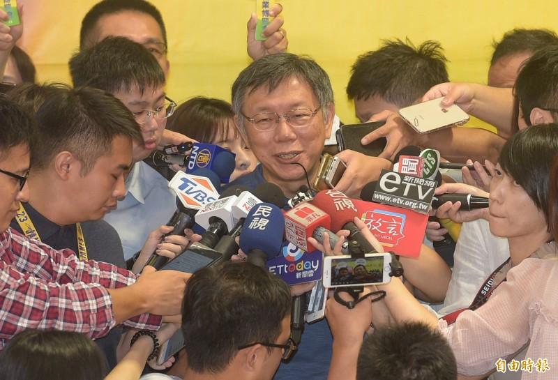 台北市長柯文哲接受電視專訪表示,他現在還在等總統蔡英文交考卷,如果蔡英文能把台灣帶到更好的方向,例如改善兩岸關係、一例一休會修正等,他就不用選總統。(記者張嘉明攝)